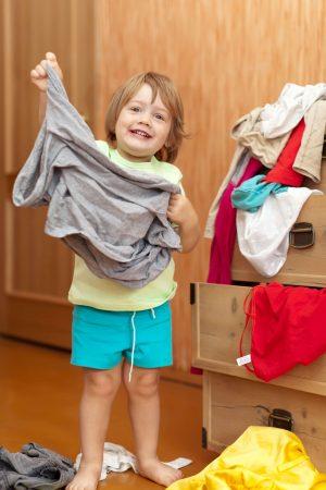 dziecko przed szafą