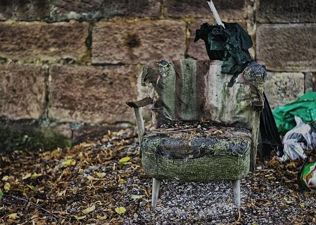 stary zniszczony fotel