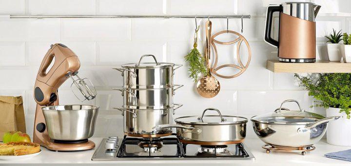 Designerskie akcesoria kuchenne w kuchni na tle białych kafelków
